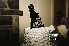 El cake topper es perfecto para una boda vintage. Crédito de Fotografía Christian Turner