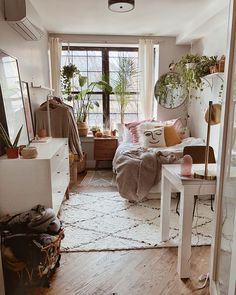 We meet again. Now, we will share a good topics about dorm room decor. This time, we have collected some room decor ideas for the dormitory. As we know, dorm room are definitely… Cozy Dorm Room, Small Bed Room Ideas, Bedroom Ideas For Small Rooms Cozy, Bed Ideas, Simple Rooms, Small Room Interior, Ideas Decoración, Small Room Design, Simple Interior