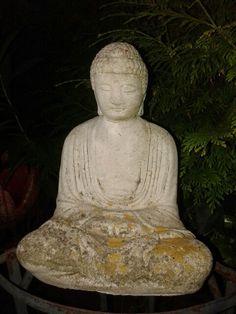 Boeddha beeld in de tuin