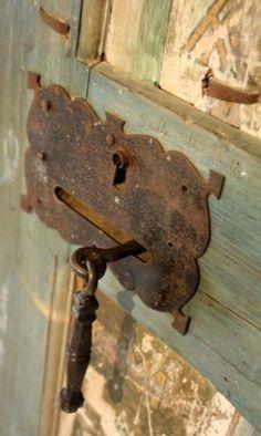 Old door, great hardware. Wish we could see the whole door. Door Knobs And Knockers, Knobs And Handles, Door Handles, Old Doors, Windows And Doors, Old Keys, Door Detail, Unique Doors, Vintage Keys