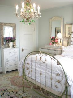 Adding That Perfect Gray Shabby Chic Furniture To Complete Your Interior Look from Shabby Chic Home interiors. Shabby Chic Bedrooms, Bedroom Vintage, Shabby Chic Cottage, Shabby Chic Homes, Shabby Chic Furniture, Romantic Bedrooms, Bedroom Rustic, Vintage Room, Small Bedrooms