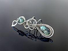 Záušnice se smaragdem * Ear cuff with Emerald beads #náušnice #záušnice #smaragd #earcuff #emerald Emerald, Gemstone Rings, Ear, Gemstones, Jewelry, Jewellery Making, Jewerly, Gems, Jewelery