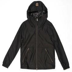 Manteau résistant à la pluie, de Mackage. Prix: 220$. Info: mackage.com