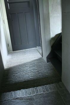 prachtige vloer... - landelijke stijl - Entry Stairs, Entry Doors, Country Chic, Wabi Sabi, Interior Inspiration, Decor Styles, Tile Floor, Living Spaces, Material