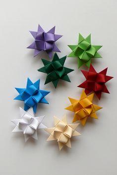 Hvězdičky z papíru 4,5 cm (8 ks) Velikost hvězdiček je 4,5 cm. Kvalitní pevnější papír. Hvězdičky jsou určeny k dekoraci - např. vánoční ozdoby na stromeček, stačí zavěsit na háček a můžete ozdobit vánoční stromeček nebo vánoční větvičku, z hvězdiček také můžete vytvořit girlandu a nebo jen tak položit na vánoční stůl, lze také použít jako dekorace ...