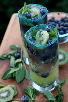 Kiwi Blueberry Mojito Recipe ~ made with fresh kiwis, blueberries, lime, mint leaves, sparkling water and rum. Fancy Drinks, Yummy Drinks, Yummy Food, Refreshing Summer Drinks, Summer Cocktails, Colorful Cocktails, Blueberry Mojito, Blueberry Recipes, Blueberry Cocktail
