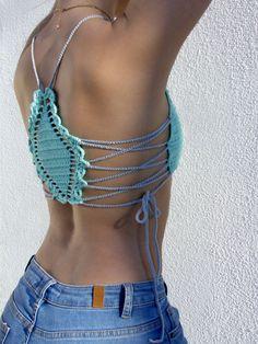 Laguna Crochet Crop Top, fabriqués à la main, 100 % coton. Couleur : Turquoise Bleu, gris Taille: M EU (8 UK) Longueur : 21 cm Plus grande largeur : 37 cm Épaisseur: 2 mm Type de matériau : ce fil est 100 % coton [De lavage : lavage à la main à leau tiède et au savon, lair sec] ✓ Expédition dans le monde entier sous 2-3 jours ouvrables. Pour votre protection, tous les articles expédiés sont envoyés par courrier recommandé. ✓ les retours et remboursements acceptés dans les 14 jours suivan...
