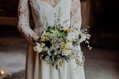 Shooting inspiration mariage Mariage en hiver Mariage jaune et bleu Mariage au Mas de Peint en Camargue https://photographegard.com/mariage-en-hiver-au-mas-de-peint/