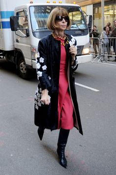 Anna Wintour at Fashion Week. The collarless coat is the detail that makes the difference