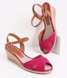 Sandália feminina     Material:  sintético     Anabela     Marca: Satinato     Com tiras X na frente          COLEÇÃO VERÃO 2016          Veja outras opções de    sandálias femininas.            Sobre a marca Satinato     A Satinato possui uma coleção de sapatos, bolsas e acessórios cheios de tendências de moda. 90% dos seus produtos são em couro. A principal característica dos Sapatos Santinato são o conforto, moda e qualidade! Com diferentes opções e estilos de sapatos, bolsas e…