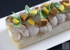 Bûche Bambou :  un biscuit soufflé à la pâte à choux emprunté à Philippe Conticini, un crémeux mangue passion, une chantilly mascarpone, des cubes d'ananas rôti, de la pâte d'ananas et un sablé croustillant