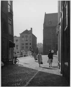 Gezicht op het Rapenburg vanuit de Kloksteeg over de Nonnenbrug naar de Nonnensteeg (1959).