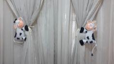 Casal de vaquinhas confeccionado em feltro, bordados à mão, enchimento de manta acrílica. R$ 36,00