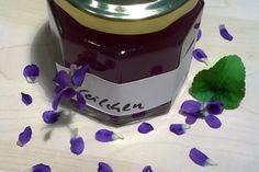 Veilchen-Gelee - Rezept | GuteKueche.at Chutney, Keurig, Easy Healthy Recipes, Preserves, Deserts, Healthy Eating, Favorite Recipes, Canning, Urban Gardening