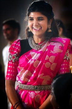 Pattu Saree Blouse Designs, Fancy Blouse Designs, Saree Blouse Patterns, Blouse Neck Designs, Blouse Styles, Saree With Belt, Embroidery Neck Designs, Saree Wedding, Fancy Sarees
