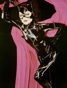 Michelle Pfeiffer as Catwoman lying on pink sheet Batman Returns Poster Michelle Pfeiffer, Tim Burton, Keaton Batman, Catwoman Selina Kyle, Catwoman Cosplay, Batman Returns, Amazing Cosplay, Batwoman, Harley Quinn