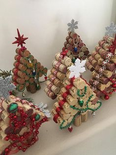 Mini Wine Cork DIY Ideas to Christmas Ornaments Don't throw away those wine corks from the holidays. Make some festive holiday wine cork crafts and wine cork ornaments. These Christmas wine cork crafts are the absolute CUTEST! Cork Christmas Trees, Christmas Wine, Diy Christmas Ornaments, Christmas Tree Decorations, Christmas Wreaths, Snowman Ornaments, Rustic Christmas, Christmas Projects, Palette Christmas Tree