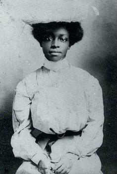 mulheres negras na era vitoriana. as fotos datam de 1860, período em que o movimento político para abolir a escravidão tomou maiores proporções nos Estados Unidos, a 1901, 38 anos após a abolição no país.✊
