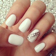 Las uñas blancas están de moda, con un toque con brillantes serán perfectas para estas fiestas.