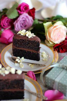 SJOKOLADEKAKE DELUXE #sjokoladekake #deluxe #sjokolade #chocolate #festkake#chocolatecake #kake #lagkake #layercakes #cake #baking #oppskrift #recipe Chocolate Cream, Chocolate Cake, Sweet Recipes, Cake Recipes, Cream Frosting, Lemon Curd, Cookie Desserts, Trifle, 3 Ingredients