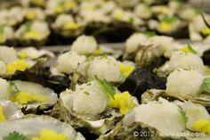 Huître et sa perle blanche vinaigrée, mangue et dashi.