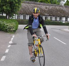 Randers Cykelby havde arrangeret historisk cykeltur i Spentrup, hvor vi var ca. 25 søndag d. 21 juni, der hørte Hans Nejsum fortælle om Blicher, stationsbyen Spentrup og om Hvidstengruppens modtageplads Mustard Point. Foto: Maajbritt Møller.