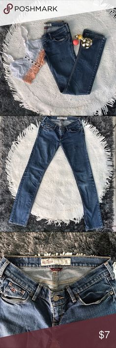 ❤️Hollister Jeans❤️ Hollister skinny jeans in excellent condition.! The only detail it has is a barely noticeable stain. You have to look veeery close to see it Hollister Pants Skinny