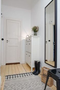 38 Ideas for apartment building corridor hallways Entryway Storage, Entryway Decor, Tall Cabinet Storage, Narrow Entryway, Apartment Entryway, Apartment Bedroom Decor, Apartment Therapy, Interior Exterior, Interior Design