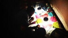 Comunidades de baixa renda da África do Sul não tem muito acesso a eletricidade. Além de terem de lidar em maioria com os efeitos negativos de lâmpadas de querosene, muitos que vivem em bairros piores costumam andar para casa por estradas com pouca iluminação.