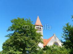 In grüne Landschaft eingebettete Kirche in Helpup bei Detmold im Kreis Lippe