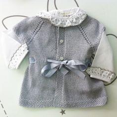 Chaqueta de lana gris estilo vintage con botones y lazo de raso en la cintura.  Talla unica de 3-6 meses.