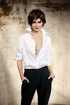 camisa blanca abierta combinada con collar largo y pantalones