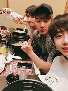 Hyungwon, Shownu and I.M selfie
