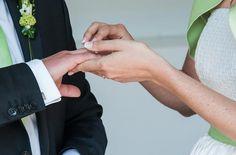 noni - schlichtes kurzes Brautkleid mit grünem Jäckchen für das Standesamt (www.noni-mode.de - Foto: Kristina Schorn)