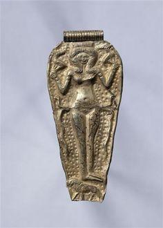 déesse nue montée sur un lion et encadrée de serpents, maîtrisant deux caprins