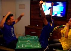 """Amigo intérprete ajuda amigo cego e surdo a """"assistir"""" jogo do Brasil (recuperando a fé na humanidade em 3, 2... )"""