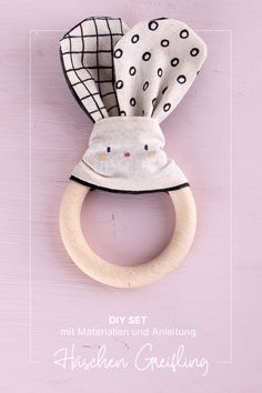 Mit diesem Set könnt ihr einen niedlichen Beißring oder Greifling für ein Baby gestalten, das perfekte Geschenk für Neugeborene oder Kleinkinder! Diy Trend, Teddy Bear, Toys, Animals, Rabbit Ears, Hand Sewn, Toddlers, Baby Favors, Animales