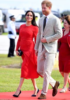 """""""The Duchess of Sussex looks stunning in a red Self Portrait dress as she and The Duke of Sussex arrive at Nuku'alof Airport Prince Harry And Megan, Harry And Meghan, Prinz Harry Meghan Markle, Royal Uk, Royal Life, Self Portrait Dress, Meghan Markle Style, Kate Middleton Style, Duke And Duchess"""