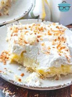 These homemade Coconut Cream Pie Bars start with an easy pie crust, filled with a thick creamy filling and topped with fresh whipped cream! Coconut Cream Dessert, Coconut Pudding, Sugar Cream Pie Recipe, Cream Pie Recipes, Easy Pie Crust, Eating Bananas, Homemade Pastries, Boston Cream Pie, Homemade Whipped Cream