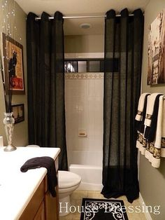 Floor-to-ceiling shower curtains…make a small bathroom feel more luxurious. Floor-to-ceiling shower curtains…make a small bathroom feel more luxurious. Style At Home, My New Room, Home Fashion, Fashion Beauty, Apartment Living, Girl Apartment Decor, 1st Apartment, Apartment Ideas, Living Room
