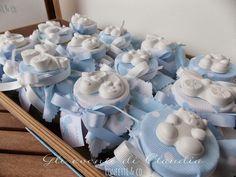 Barattolini con confetti e zuccherini, cappellino in cotone mille righe a pois e gessetti profumati.