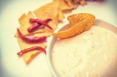 Przepis na dip serowy. Sos idealnie pasuje do przekąsek i nachosów. Dip można podawać na zimno lub na ciepło. Prosty i smaczny przepis.