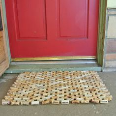 Comment recycler 284 bouchons ! Recycled wine corks strung together into a durable beautiful doormat. This doormat measures 30 x 20 inches and is made up of 284 corks. Each cork has