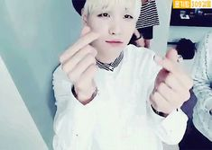 #wattpad #humor Taehyung      Kim Taehyung |379      ☺1 Amigo nuevo   ❌Snaps sin ver      Chat ➡RapMonster      Yo: OPPAAAA!!      RapMonster: Ya te dije que no me llamaras así, me avergüenzas       Yo: ;-;      RapMonster: ¿Que quieres?      Yo: ¿Quien es ese chico con cara de galleta?      RapMonster: ¿Jungkook...