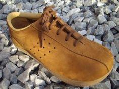 Wat een lelijke schoenen eigenlijk, maar in de jaren 70 vond ik ze heel hip, ze heten Roots schoenen, ik had ze ook