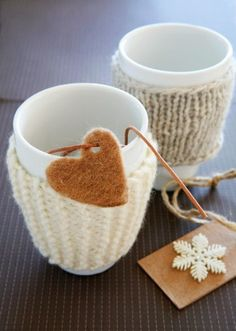 crafty idea to keep hands warm with these knit mug covers