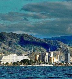 Vista panorámica de Puerto La Cruz desde la Bahía de Pozuelos. Edo. Anzoátegui, Venezuela