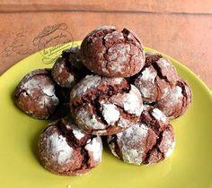 Recette des crinkles : des petits biscuits au chocolat craquelés sur le dessus, recouverts de sucre glace et moelleux à l'intérieur. Originaux et délicieux !