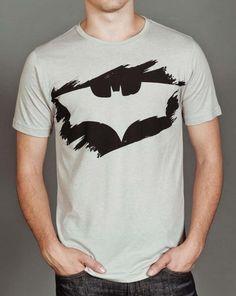 Batman Symbol auf grauem T-shirt malen