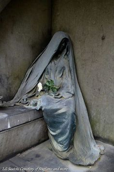 Art in cemeteries Cemetery Monuments, Cemetery Statues, Cemetery Headstones, Old Cemeteries, Cemetery Art, Graveyards, Angel Statues, Statue Ange, Cemetery Angels